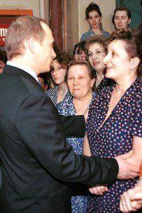 Путин поздравляет женщин